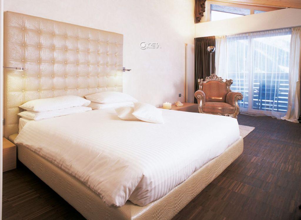 Il letto della camera del Lac Salin ispirata al 7° chakra
